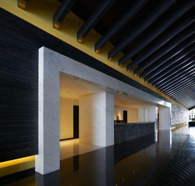 整体规划布局设计围绕湿地湖面展开,建筑风格采用双坡顶黑瓦黑墙白色边线处理,山墙两面为玻璃幕墙,形成长筒状观景容器,在泡温泉的同时更好的提供湿地景 观的观景体验。其中一期的鹤之汤温泉养生馆,面积约1万平方米,包括大型温泉设施,日式体验温泉设施、休闲娱乐SPA等配套设施。