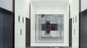 オフィスの1Fエレベータホール。上階へ導く銅色